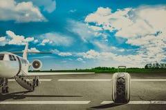 Sacs de voyage dans l'aéroport et l'avion de ligne Concept Photo stock