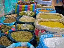 Sacs des épices à vendre : Marché d'Otavalo en Equateur Image stock