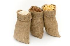 Sacs des céréales Placez les céréales images stock