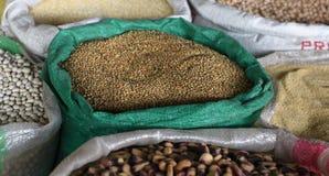 Sacs des haricots sur le marché Image stock