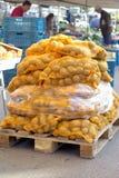 Sacs des pommes de terre sur un marché Images stock