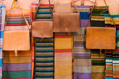 Sacs en cuir et châles sur le marché au Maroc Photo stock