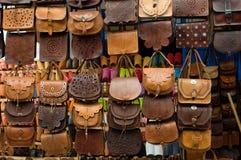 Sacs en cuir sur le marché en plein air au Maroc Image libre de droits