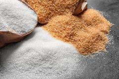Sacs en papier avec différents types de sucre Images stock