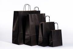 Sacs en papier noirs avec des poignées pour l'achat Photographie stock libre de droits