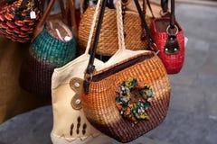 Sacs faits main de femmes vendus au marché Achats de rue pour la main Images libres de droits
