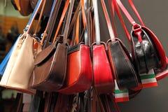 Sacs faits main de femmes vendus au marché Achats de rue pour la main Image libre de droits