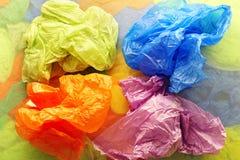Sacs jetables colorés de plastique et de déchets d'en haut photos libres de droits