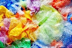 Sacs jetables colorés de plastique et de déchets d'en haut image libre de droits