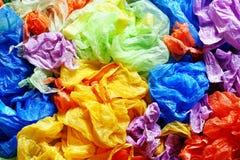Sacs jetables colorés de plastique et de déchets d'en haut images stock