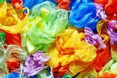 Sacs jetables colorés de plastique et de déchets d'en haut photos stock