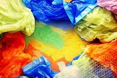 Sacs jetables colorés de plastique et de déchets d'en haut photo stock