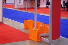 Sacs oranges à une exposition commerciale commerciale Images stock