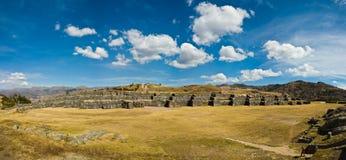 Sacsayhuaman全景射击与蓬松云彩 免版税图库摄影