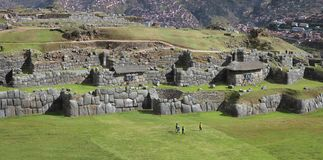 Sacsayhuaman del av incaen fördärvar i peruanska Anderna nära Cuzco, Peru Fotografering för Bildbyråer