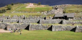 Sacsayhuaman väggar av incaen fördärvar i peruanska Anderna nära Cuzco, Peru Royaltyfria Bilder