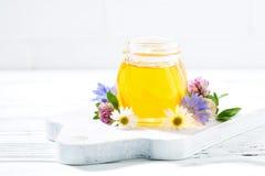 Sacuda con la miel de la flor fresca en un fondo blanco Imagen de archivo