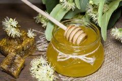 Sacuda con la miel, el panal con polen y las flores del tilo Imagen de archivo