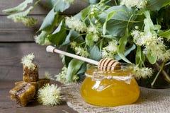 Sacuda con la miel, el panal con polen y las flores del tilo Fotografía de archivo libre de regalías