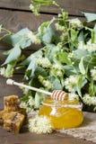 Sacuda con la miel, el panal con polen y las flores del tilo Fotos de archivo libres de regalías