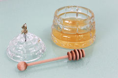Sacuda con la miel y el palillo de madera, cubierta con la abeja Fotografía de archivo libre de regalías