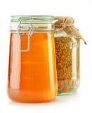 Sacuda con polen y el tarro de la abeja con la miel aislada Imagenes de archivo