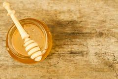sacuda la miel con el drizzler en el fondo de madera, visión superior Imágenes de archivo libres de regalías