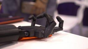 Sacuda las manos con un robot almacen de metraje de vídeo