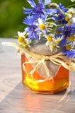 Sacuda por completo de la miel fresca deliciosa y de las flores salvajes Fotografía de archivo
