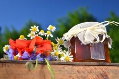 Sacuda por completo de la miel fresca deliciosa y de las flores salvajes en colmenar Fotos de archivo libres de regalías