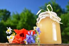 Sacuda por completo de la miel fresca deliciosa y de las flores salvajes en colmenar Fotos de archivo