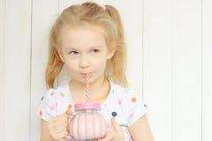 Sacudida de consumición del smoothie de la muchacha hermosa Fotos de archivo libres de regalías