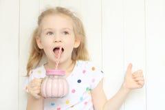 Sacudida de consumición del smoothie de la muchacha hermosa Imágenes de archivo libres de regalías