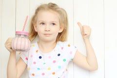 Sacudida de consumición del smoothie de la muchacha hermosa Fotografía de archivo