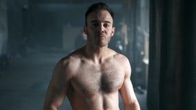 Sacudida de consumición descamisada atlética atractiva de la proteína del hombre joven de la coctelera en gimnasio y mirada de la almacen de metraje de vídeo