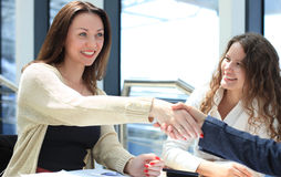 Sacudida de las manos durante una reunión de negocios Fotos de archivo libres de regalías
