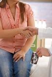 Sacudida de las manos en la consulta embarazada Fotografía de archivo
