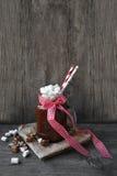 Sacudida del cacao en un tarro y melcochas Fotos de archivo libres de regalías