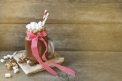 Sacudida del cacao en un tarro y melcochas Foto de archivo libre de regalías