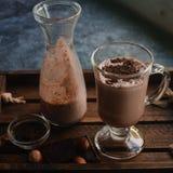 Sacudida hecha en casa del chocolate caliente en vidrios Foto de archivo