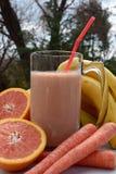 Sacudida orgánica del plátano de la zanahoria del pomelo Fotos de archivo