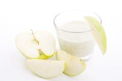 Sacudida verde fresca del yogur de la manzana aislada fotografía de archivo libre de regalías