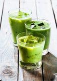 Sacudidas verdes sanas del Smoothie en vidrios de consumición Foto de archivo