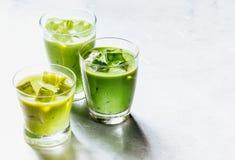 Sacudidas verdes sanas del Smoothie en vidrios de consumición Foto de archivo libre de regalías