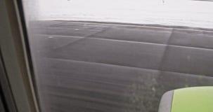 Sacudiendo el lanzamiento video borroso desde adentro del avión de aterrizaje a través de ventana sucia almacen de video