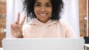 Sacudiendo la cabeza a ningún, mujer afroamericana joven que trabaja en el ordenador portátil en casa almacen de video