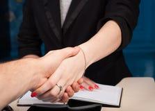 Sacudiendo las manos con el cliente en oficina, primer, conclusión, contrato, Fotos de archivo libres de regalías