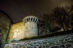Sadła Margaret działa wierza Noc widok wejście forteca z oświetleniem Tallinn estonia obraz stock
