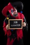 SAD önskade clownen som rymmer en kritisera med textjobb, begreppsunempl Royaltyfria Bilder