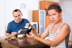Sad couple counting budget Royalty Free Stock Photography